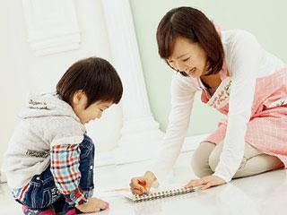 子供とお絵かきする母親