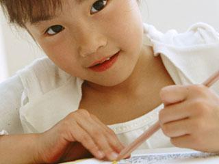 のびのびと勉強する子供