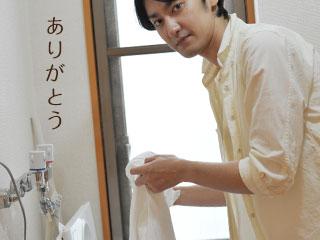 洗いものをする男性