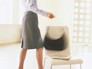 鞄を持って出かける女性