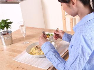 一人で簡単な食事を取る女性
