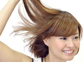 毛髪を触る女性