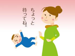 泣いてる赤ちゃんに声をかける母親