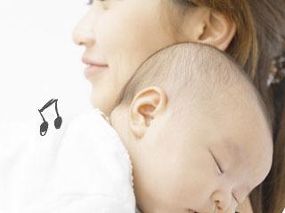 赤ちゃんを抱っこしながら子守唄を口ずさむ母親