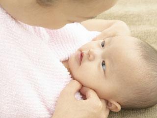タオルで包まれた赤ちゃん
