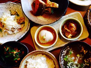 小鉢が並ぶ和食