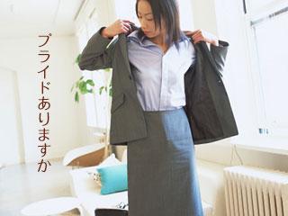スーツを着て出勤仕度する女性