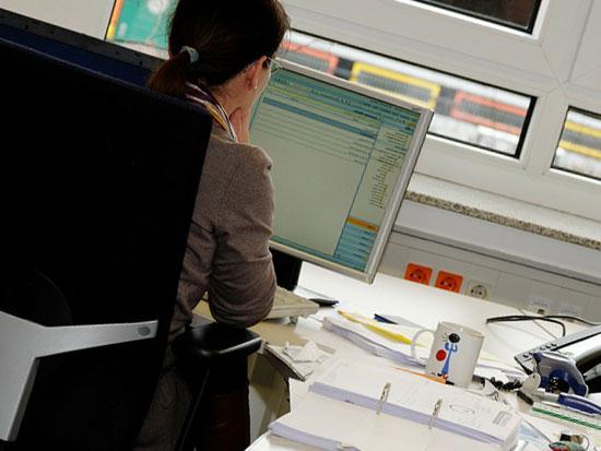 モニターを見ている仕事中の女性