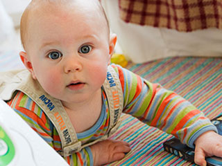 部屋でハイハイする赤ちゃん