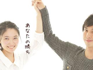 夫の手を持ち上げる妻