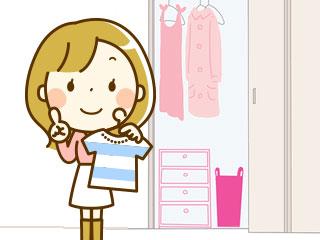 クローゼットの前で服を持つ女性