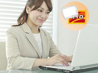 職場でパソコンを操作する女性