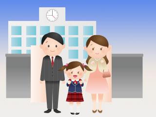 小学校の入学日に校門に立つ親子