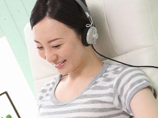 音楽を聴く母親