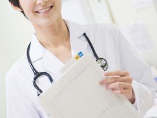カルテを持つ女医