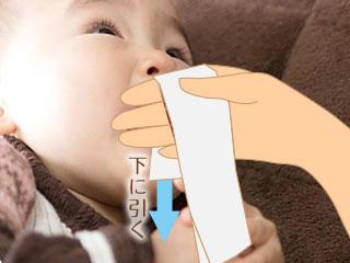 四つ折ティッシュを赤ちゃんの鼻に押し当てる