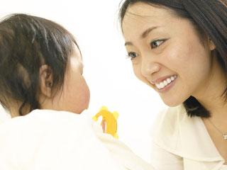 母親と赤ちゃんが見つめあう