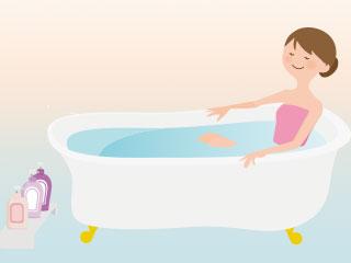 浴槽の湯につかる女性