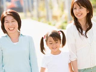 子供を間に挟んで義理母と話す女性