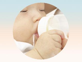 口の端からミルクをこぼす赤ちゃん
