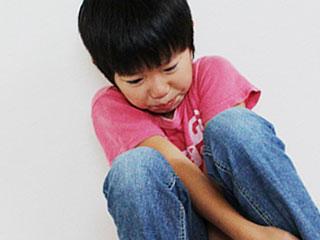 しゃがみこんで泣く子供