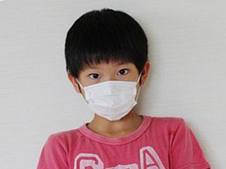 マスクをして見つめる少年