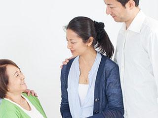 若夫婦と挨拶する実家の母