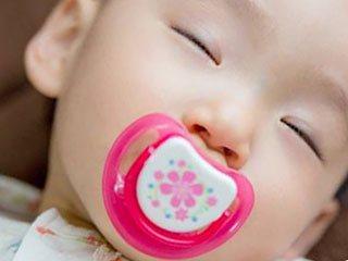 おしゃぶりをして眠る赤ちゃん
