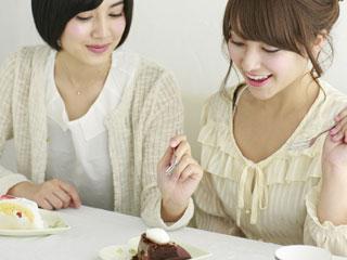 ママ友二人でケーキを食べている