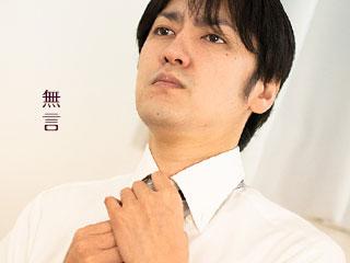 無言でネクタイを締める男性