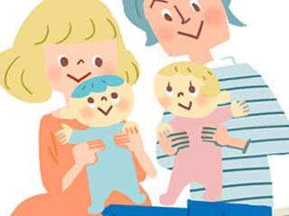 双子の赤ちゃんを抱く夫婦