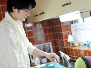 台所で洗い物をする男性