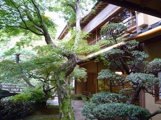 料亭の庭と玄関