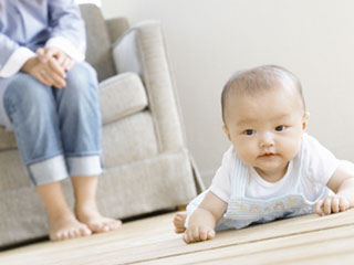 室内で這っている赤ちゃん