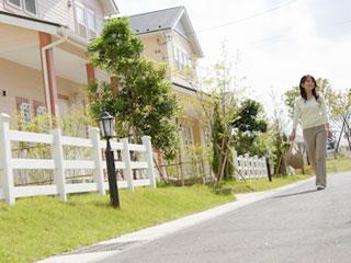 住宅街を歩く女性