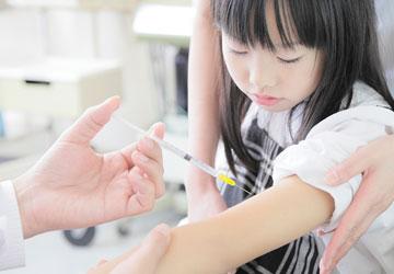 医者に注射を打たれる女児