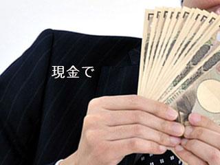 紙幣を数える男性