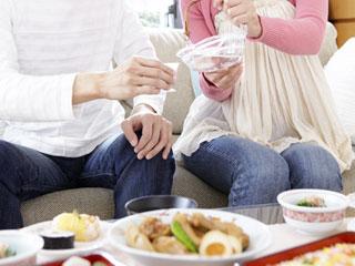 夫と食事を楽しむ妊婦