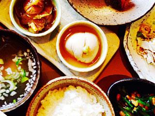 和食の小鉢が並ぶ