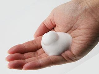 掌の上に石鹸の泡