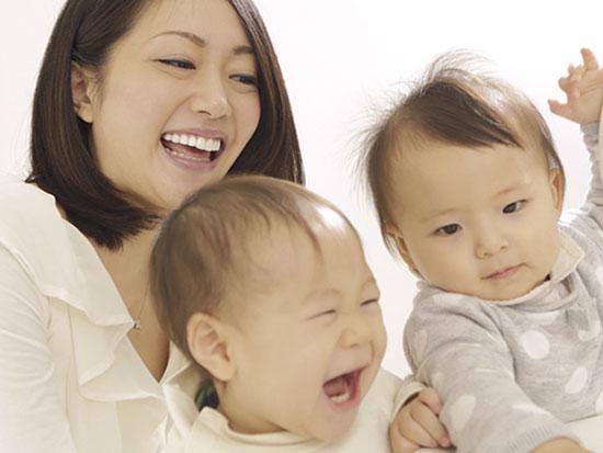 母親と赤ちゃんが二人