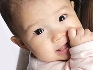 見つめる赤ちゃんの瞳