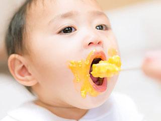 離乳食で口の周りを汚す赤ちゃん