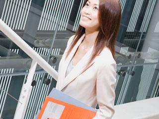職場の階段を上がる女性