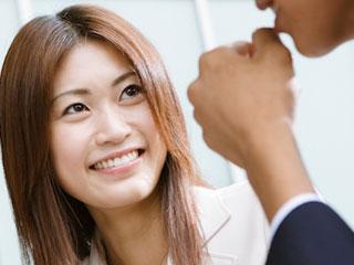 同僚の男性と話す女性