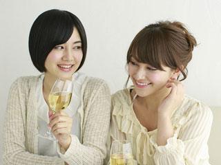並んでワインを飲む女性二人