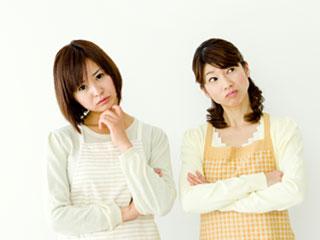 不快な表情の女性二人が並んでいる