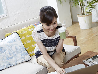 家でパソコンを操作する女性