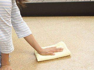 床タイルを拭き掃除