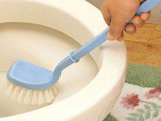 ブラシでトイレ掃除